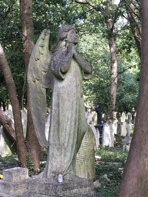 Dans un cimetière, en Angleterre...