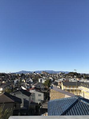 遠くに丹沢、左(東)端が大山。