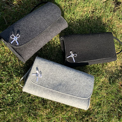 Dirndlclutch,  Breite 21cm, Höhe 13cm, Tiefe 3,5cm, Bandlänge ca.50cm. In den Farben grau, anthrazit und schwarz erhältlich. Preis 39.- €