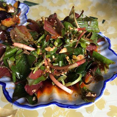 ナント、どくだみの葉っぱのサラダ。強烈な味だけど意外と美味しい。