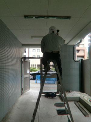 1F駐輪場入口の非常用照明器具交換工事@菱和パレス高輪TOWER管理組合ブログ