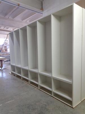 Assemblaggio in falegnameria librerie in laminato.