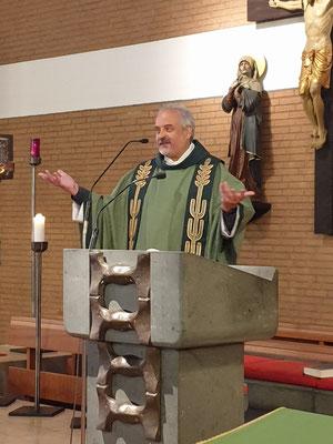 Pfarrer Busche bei der Begrüßung
