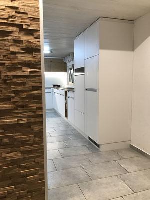 Küche in Bauernhaus mit Schiebetüre und Spaltholzwand, Rain