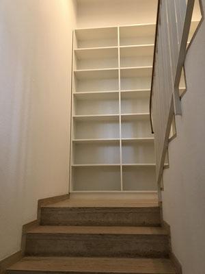 Bücherregal auf Treppenpodest, EFH-Kriens