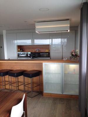 Küche mit Bar Hochglanz/Nussbaum, Geuensee