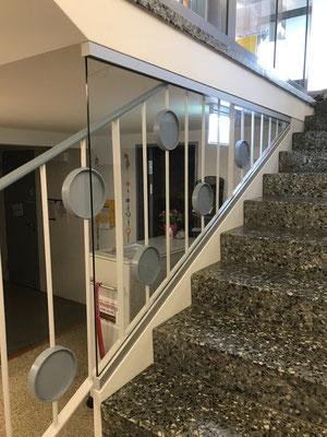 Windschutzverglasung bei Treppenabgang