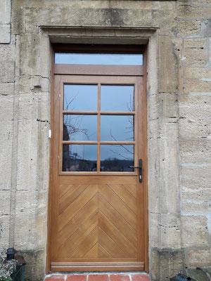 Porte d'entrée réalisée en chêne,avec croisilons amovibles.