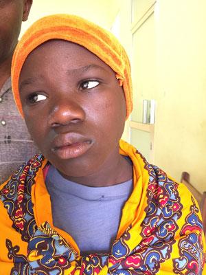 Amina (11 Jahre) vor der OP in Mbinga