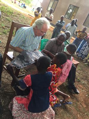 Die operierten Kinder in Mbinga bedanken sich bei Dr. Grasbon und überreichen ihm ein Geschenk