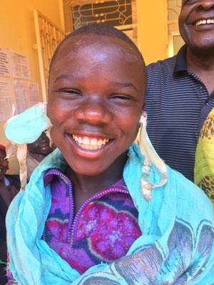 Amina (11 Jahre) nach der OP in Mbinga. Das blinde Mädchen wurde an beiden Augen operiert.
