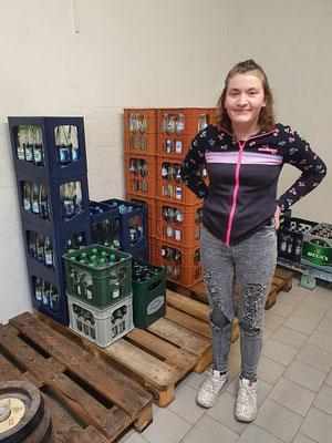 Samira im Getränkemarkt