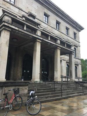 Edificio llamado entonces Führerbau y que en la actualidad alberga la Escuela Superior de Música y Teatro de Múnich.  © www.poloniaycentroeuropa.com CC-BY-SA 4.0.