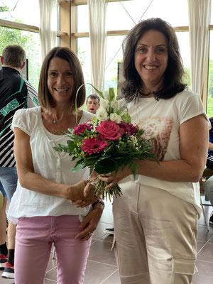 Astrid Kreuzer, Vorstand des Hohenfried e.V. (r.), heißt die neue Schulleiterin der Johannesschule, Christine Koller, herzlich willkommen.