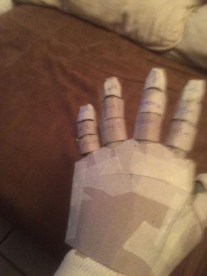 hand, gemaakt van karton. volledig bewegelijk, nu nog de polyesterlagen