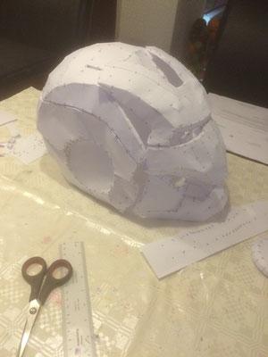 helm, papiet patroon uitgeknipt en in elkaar gelijmd, klaar voor de eerste laag polyester