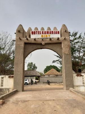 Eingang zum Kamadjan-Hotel in Siby