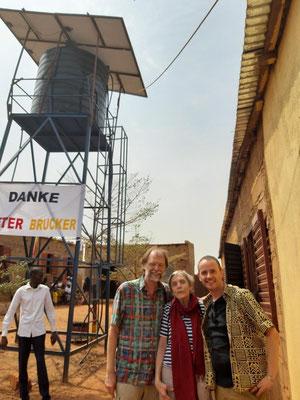 mit Mehthild und dem Schriftsteller Stefan Gemmel vor dem Brunnen
