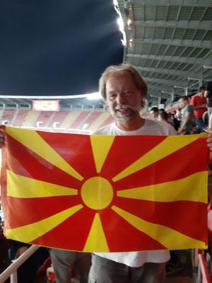 Hooligan aus Deutschland mit mazedonischer Fahne