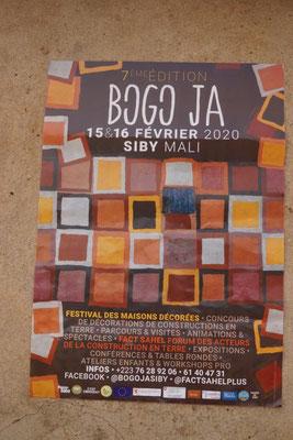 Hinweis auf das Festival der mit Lehmfarbe bemalten Häuser