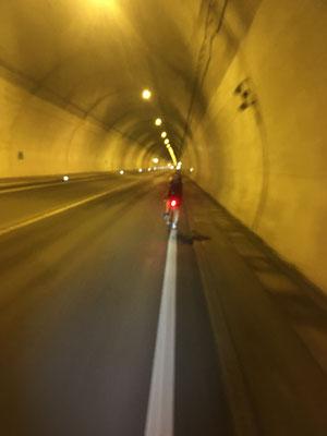 die ersten Minuten unserer Balkanreise verbringen wir im Tunnel nach Slowenien.  Erster Einsatz für Bernd´s Knog-Rücklicht.