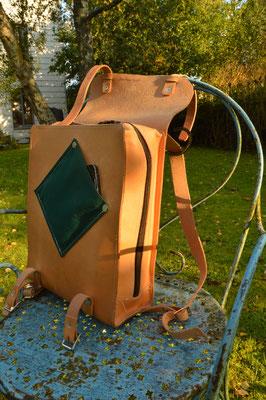 Le sac de JP  Format A4 vertical, avec fermeture éclaire et rabat  Petite poche extérieure  Poche intérieure.