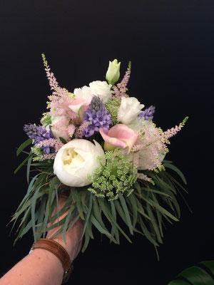 Bouquet rond mariée, pivoines, arums