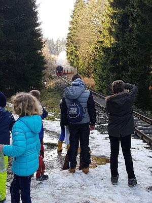 Die Schüler warten auf die Harzquerbahn