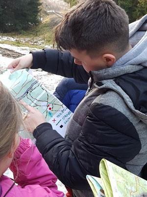 Schüler suchen auf adaptierter Karte den Wanderweg