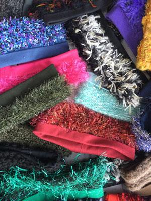 Farbige Stirnbänder auf Tisch - Beispiele