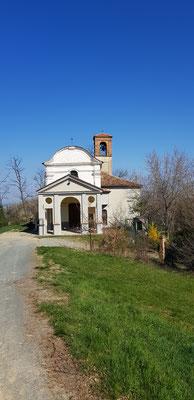 Die Kirche Fraschetta zwischen Fontanile und Alice bel colle
