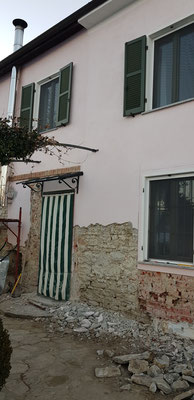 Vorher war die Fassade in Rosa mit vielen Schadstellen-