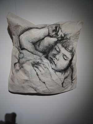 """""""Traces de l'oreiller, 3"""", ~60x60cm, dessin sur taie. Vue de l'exposition-installation """"Par une nuit d'hiver"""", numérique, volumes, graphisme et peinture sur 300m², Galerie des Hospices, Canet-Roussillon."""