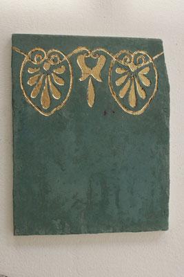 Sgraffito in grüner Kalkglätte, vergoldet