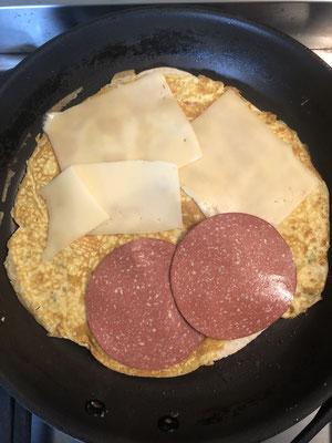 Nach dem Wenden Käse und (veg.) Schinken/Salami drauf geben