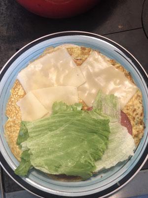 Auf einen Teller ziehen, Salat drauf geben