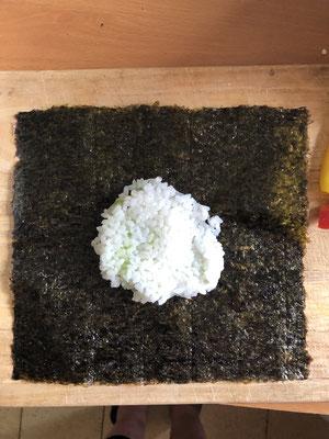 Reis-Patty auf das Nuriblatt legen