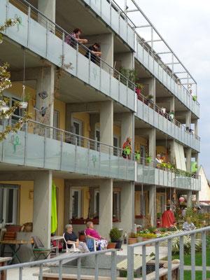 Wir, die ZuschauerInnen auf unseren 22 Balkonen und Terrassen lauschen den Darbietungen
