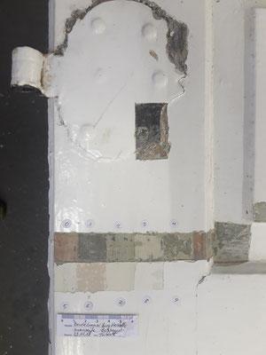 Farbschnitt auf einer Barocktür mit Schippenband