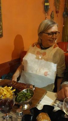 Stefanie kriegt sogar ein Lätzchen für ihr Grillfleisch