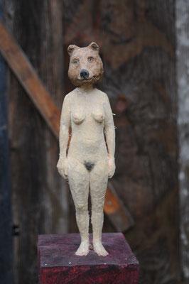 Bärenfrau  I  Pappelholz, bemalt  I  Privatbesitz