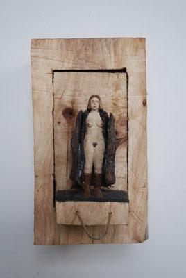 Kiste 22 - Frau mit sich öffnendem Mantel, Pappelholz bemalt 2014 Privatbesitz