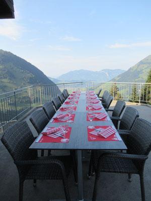 Alles Bereit für das abendliche Diner bei schönster Aussicht auf Berge und See.