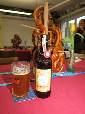 Zum Apéro wird das eigens für die Zunft gebraute Bier ausgeschenkt