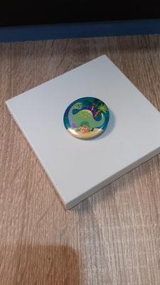 """<FONT size=""""5pt"""">Badge Les Parisiennes Dinosaure - <B>3,00 €</B> </FONT>"""