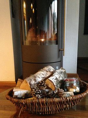 schnell wird es behaglich warm, wenn man den Ofen entzündet und in die blauen Flammen der Birke blickt.