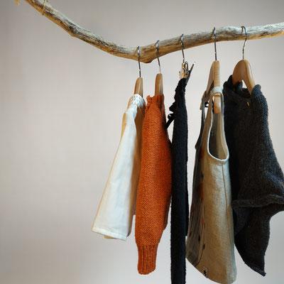 Mode éco-responsable : vêtements pour enfants 0 à 4 ans en tissu biologique peint main et tricot en fibres recyclées. Fabrication française.