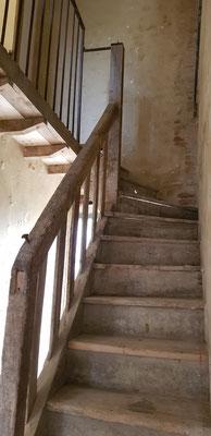 Escalier ancien démonté et replacé, patine préservée