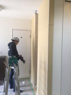 施工中。既存壁が耐力壁の為、両サイドに壁をつくることによりニッチを造作します。
