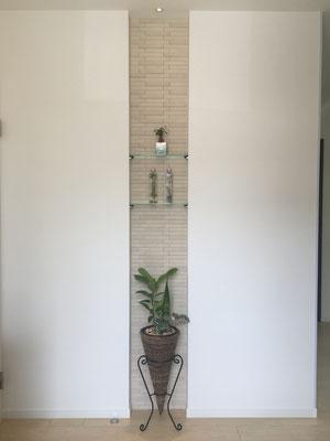 ニッチにエコカラット、上部には集光LEDダウンライト。タイルのテクスチュアの陰影が出て高級感が生まれます。エコカラットは、調湿作用や消臭作用もあるため玄関などにはお勧めのインテリアタイルです。